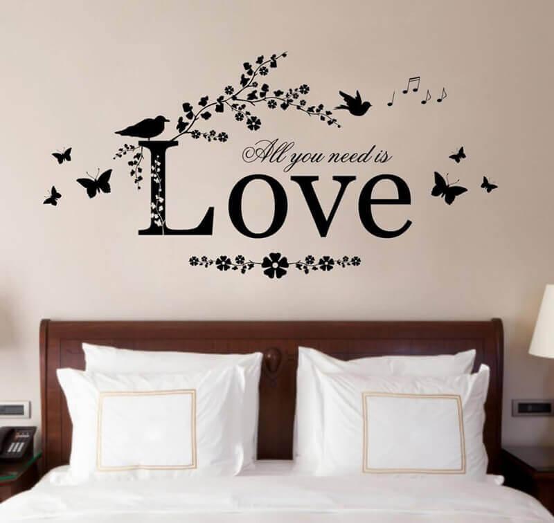 thiết kế tường phòng ngủ bằng cách vẽ chữ